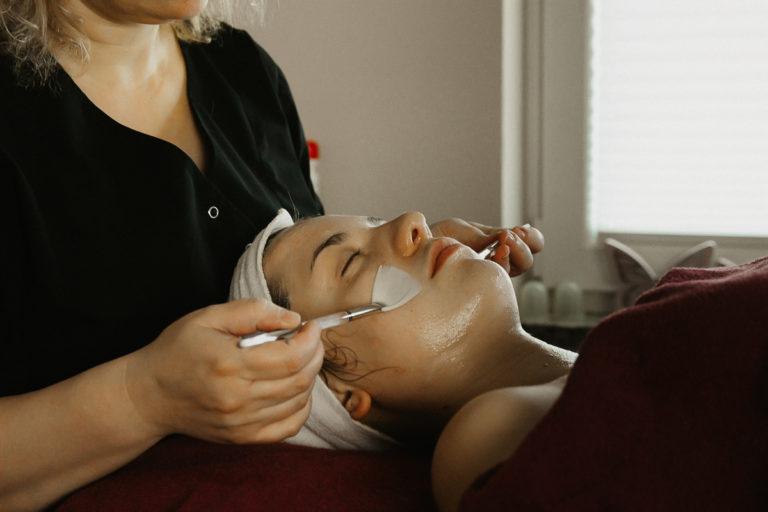 eine Gesichtsbehandlung für Kosmetik und Wellness inklusive Fächerpinselmassage